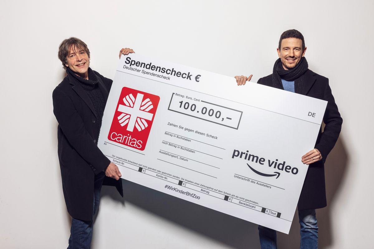 Oliver Berben (rechts) überreicht dem Suchtberater Thomas Haustein eine Spende von 100.000 Euro.