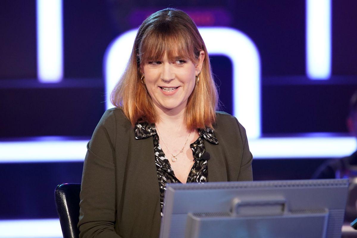 Kathrin Kirste versucht den Moderator zum Twerking zu übereden. Vorher scheitert sie fast früh ...