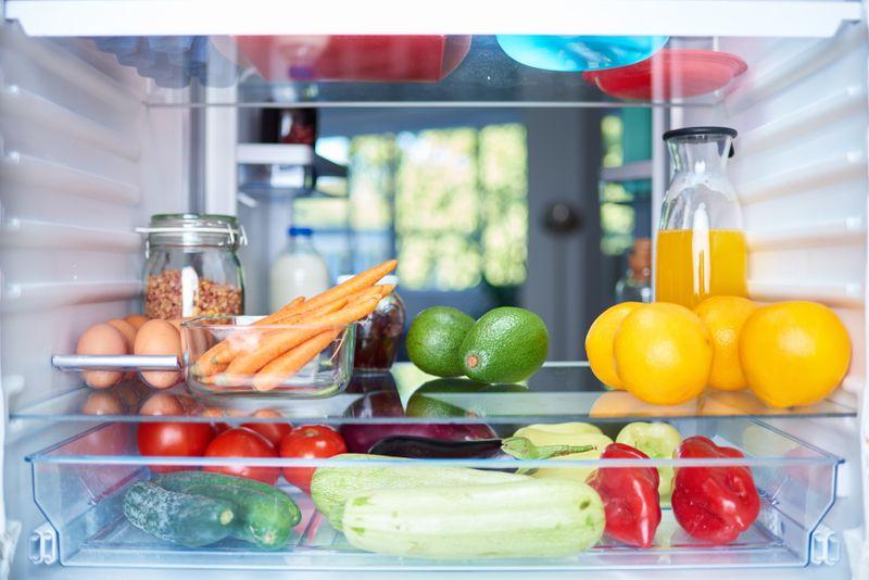 Nicht jedes Obst und Gemüse kann gleich aufbewahrt werden. Manches gehört zwingend in den Kühlschrank, anderes hat dort nichts zu suchen. Das sind die idealen Lagerbedingungen, damit Ihre Lebensmittel lange halten und schmecken ...