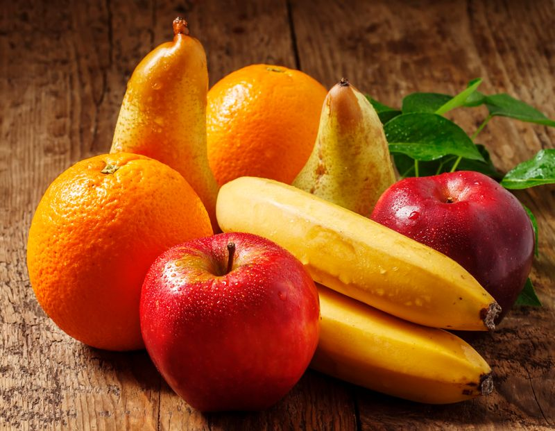 Das Reifegas Ethylen beschleunigt den Reifeprozess von Obst und Gemüse. Aus diesem Grund sollten Sie bestimmte Lebensmittel nicht miteinander aufbewahren - es sei denn, Sie möchten einer unreifen Frucht etwas nachhelfen.