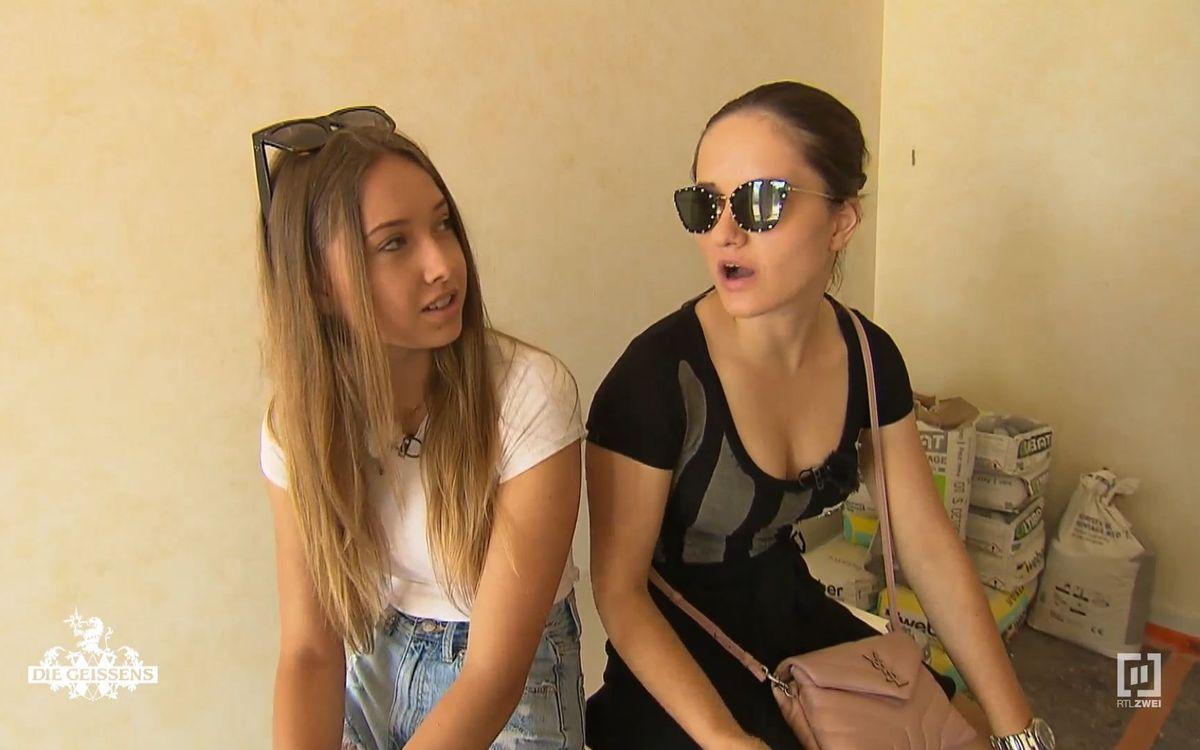 """""""Wieso bekommt die eine Badewanne und ich nicht?"""" Shania (links) und Davina Geiss bekommen sich in Monaco in die top gepflegten Haare."""