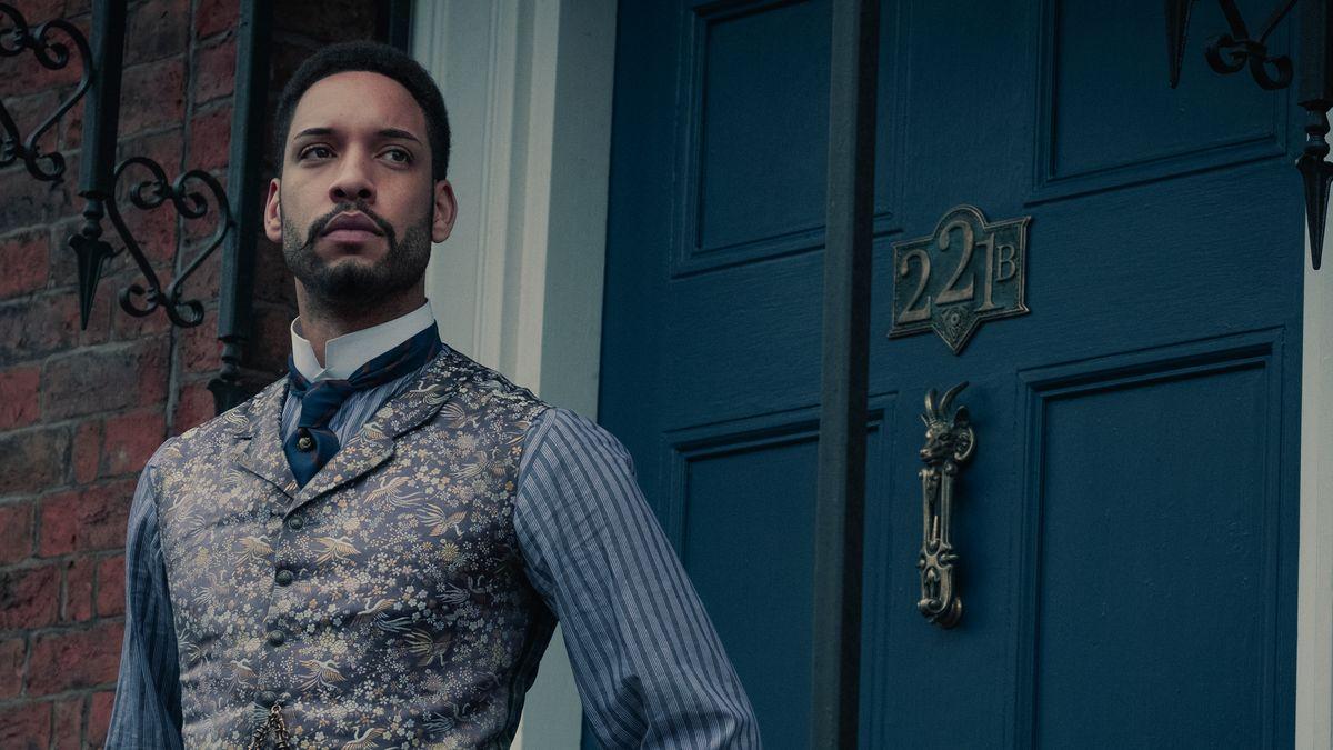 """Dr. Watson (Royce Pierreson) heuert in der neuen Netflixserie """"Die Bande aus der Baker Street"""" eine Gruppe von Straßenkindern an, um Verbrechen aufzuklären."""