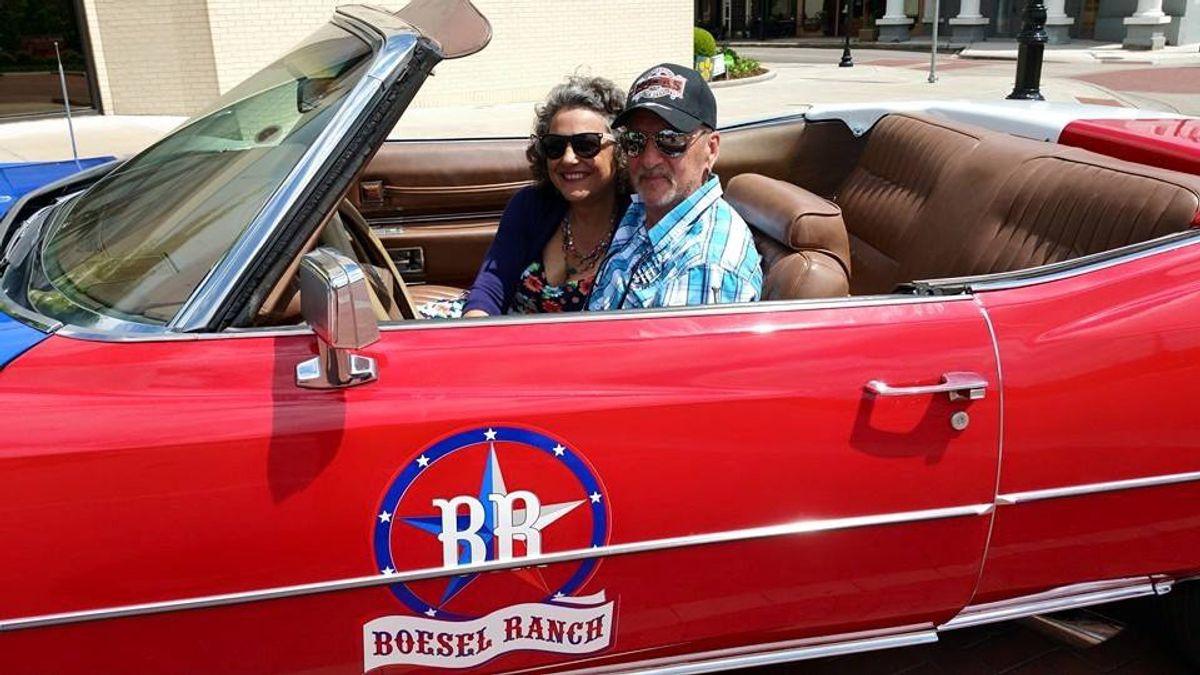 """""""Boesel Ranch"""" prangt auf dem Auto. So nannten Werner Boesel und seine Ehefrau Christine die Ranch in Texas, auf der sie sich im Jahr 2015 niederließen."""