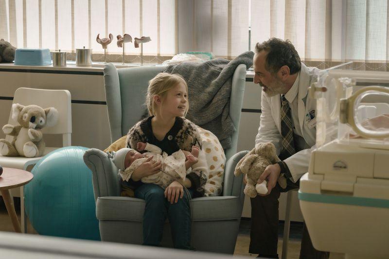 Mit viel Herz und Geduld kümmert sich Doktor Ballouz (Merab Ninidze) um seine kleinen wie auch großen Patienten: Der kleinen Flori (Mavie Meschkowski) kann er etwa die Angst nehmen, dass sie nun, nach der Geburt ihrer Schwester, zurück ins Heim muss.