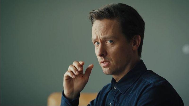 """Tom Schilling spielt die Hauptrolle in der ziemlich verrückten Sky-Serie """"Ich und die Anderen""""."""
