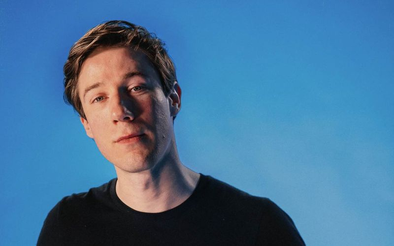 """Sam Vance-Law kommt eigentlich aus Kanada, hat sich in Berlin aber in die Songs der Neuen Deutschen Welle verliebt und präsentiert nun die EP """"NDW"""", auf der er einige Songs von damals nachsingt."""
