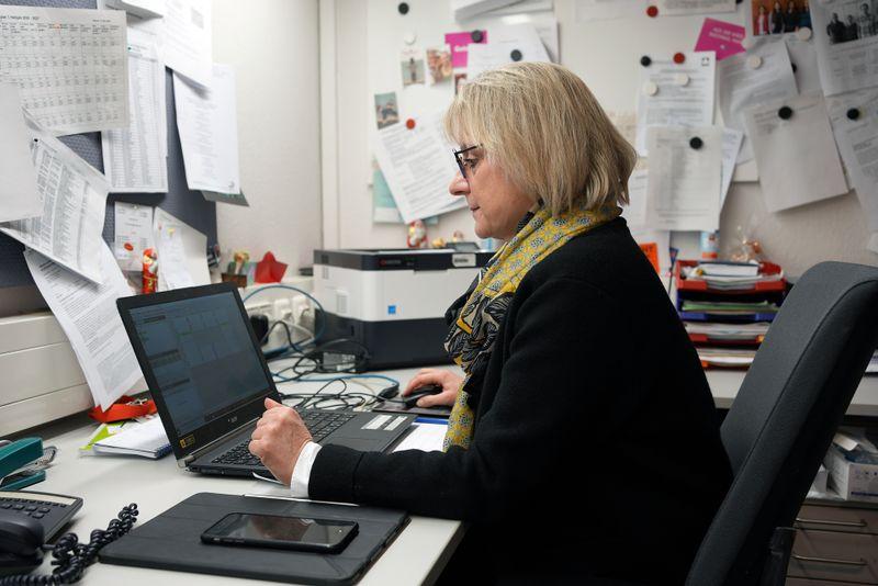 Corona-Management an einer Kasseler Gesamtschule: Catherine Enderlein ist stellvertretende Schulleiterin und muss jeden Tag neue Probleme lösen.