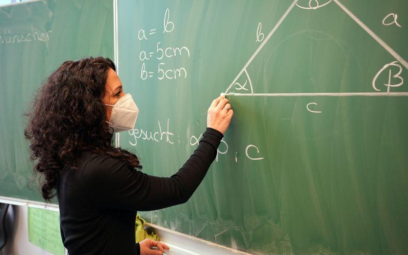 WISO-Doku zum neuen Schul-Alltag: Was geht digital - und analog - an deutschen Schulen nach einem Jahr Corona? Lehrerin Annika Wünschet unterrichtet an der Heinrich-Schütz-Schule in Kassel.