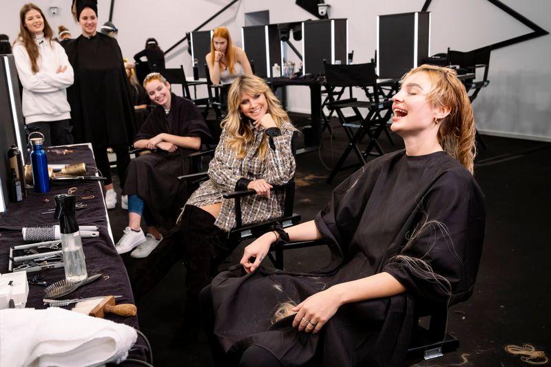 Da konnte Mareike (rechts) noch lachen: Jetzt trägt sie dank Heidi Klum (zweite von rechts) Kurzhaarschnitt.