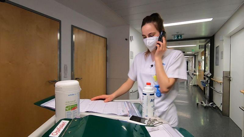 Die Vor-Ort-Reportage interessiert sich für die einzelnen Menschen, die den Großbetrieb des Klinikums am Laufen halten.