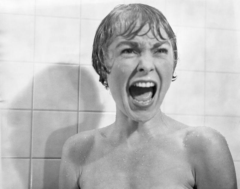 """Im Film """"Psycho"""" wird Jamie Lee Curtis' Mutter Janet Leigh in der wohl berühmtesten Duschszene der Filmgeschichte blutrünstig ermordet."""