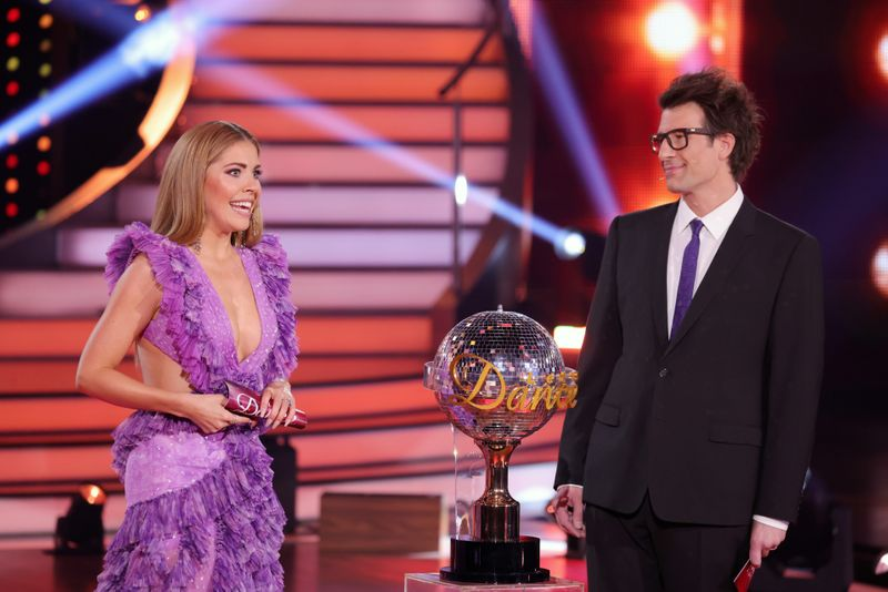 """Auch das, um das sich hier alles dreht, glitzert und funkelt: Die Moderatoren Victoria Swarovski und Daniel Hartwich mit dem """"Let's Dance""""-Pokal."""