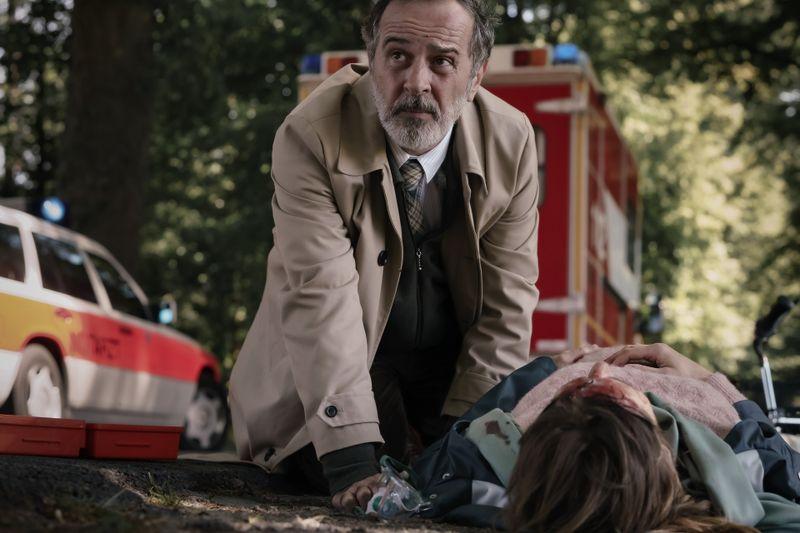 So hatte sich Doktor Ballouz (Merab Ninidze) seine Rückkehr in den Job nicht vorgestellt: Auf dem Weg in die Klinik findet er eine verletzte Schwangere (Sophie Lutz) auf der Straße.