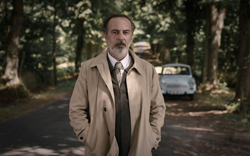 Mit seinem beigen Trenchcoat und dem blauen Trabbi wirkt Doktor Ballouz (Merab Ninidze) ein wenig aus der Zeit gefallen.