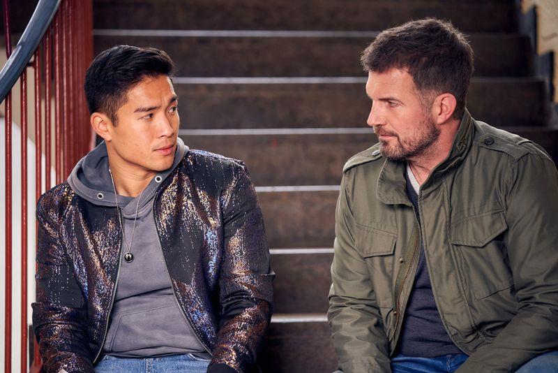 Die Psyche des jungen Kiko (Jan Liem) ist aufgrund traumatischer Erlebnisse angeknackst. David (Simon Böer, rechts) versucht, zu seinem Schüler vorzudringen.