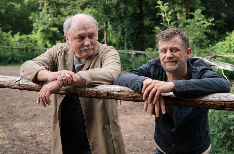 Der Fiaker-Unternehmer Alois Maxeiner (Karl Fischer, links) vertraut auf das Talent von Hallers Freund und Mitarbeiter Niko (Andreas Guenther) als Kutscher.