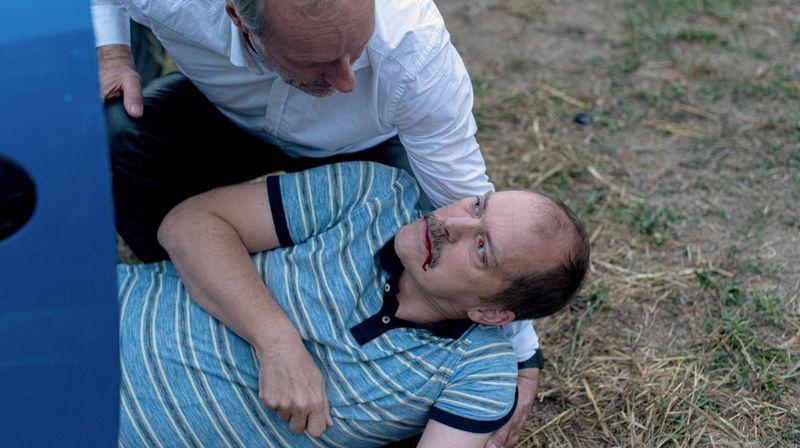 Ein Verkehrsunfall wirft Harry (Wolfram Koch, links) komplett aus der Bahn. Zunehmend orientiert er sich an dem Familienvater (Godehard Giese), der in seinen Armen stirbt.