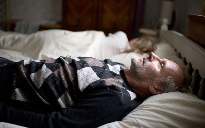 Ein prägendes Erlebnis löst in Harry (Wolfram Koch) ein Trauma aus: Er zieht in das Haus einer verstorbenen Familie ein.