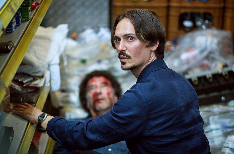 Anton Maler (Christopher Schärf, rechts) findet Spätkauf-Betreiber Sandro Esposito (Christoph Gaugler) erschlagen hinter seinem Tresen.