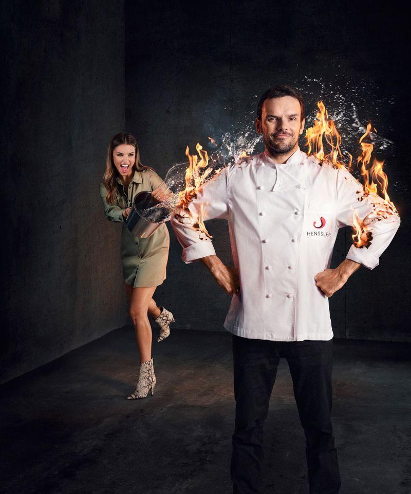 Feueriger Mehrkampf: Moderatorin Laura Wontorra und Steffen Henssler versuchen in der Kochschlacht kühlen Kopf zu bewahren.