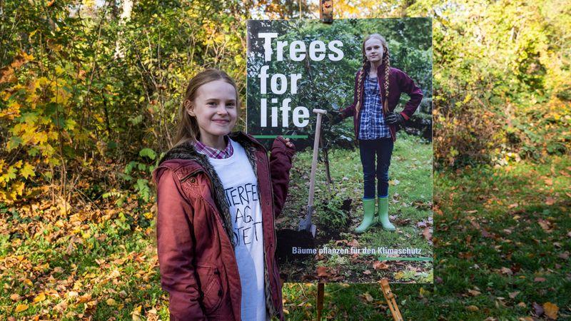 """Mirella Schulze (Tilda Jenkins) hat die erfolgreiche und medienwirksame Kampagne """"Trees for Life"""" ins Leben gerufen."""