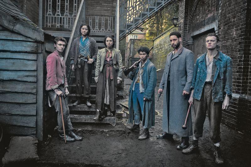 """Gruppenbild ohne Sherlock Holmes: """"Die Bande aus der Baker Street"""" und Dr. Watson (Royce Pierreson, zweiter von rechts) sind bei Netflix weitgehend auf sich allein gestellt."""