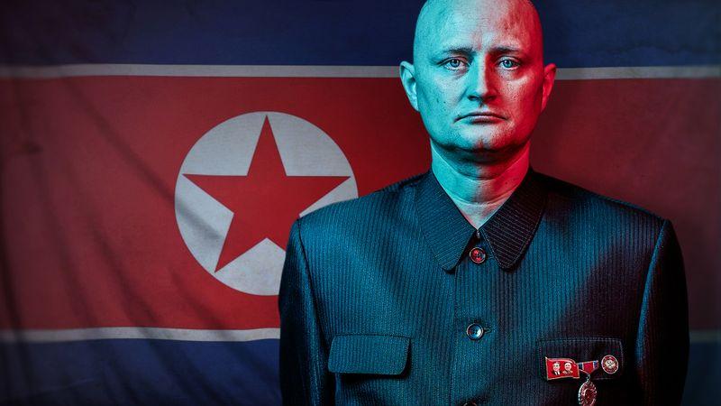 """Einer der beeindruckendsten Dokumentarfilme des Jahres: Ulrich, Familienvater aus Dänemark, will """"undercover"""" die Verstrickungen des nordkoreanischen Regimes in den internationalen Waffen- und Drogenhandel aufdecken. Ihm gelingt mithilfe eines Filmemachers und eines Ex-Kriminellen Unglaubliches."""