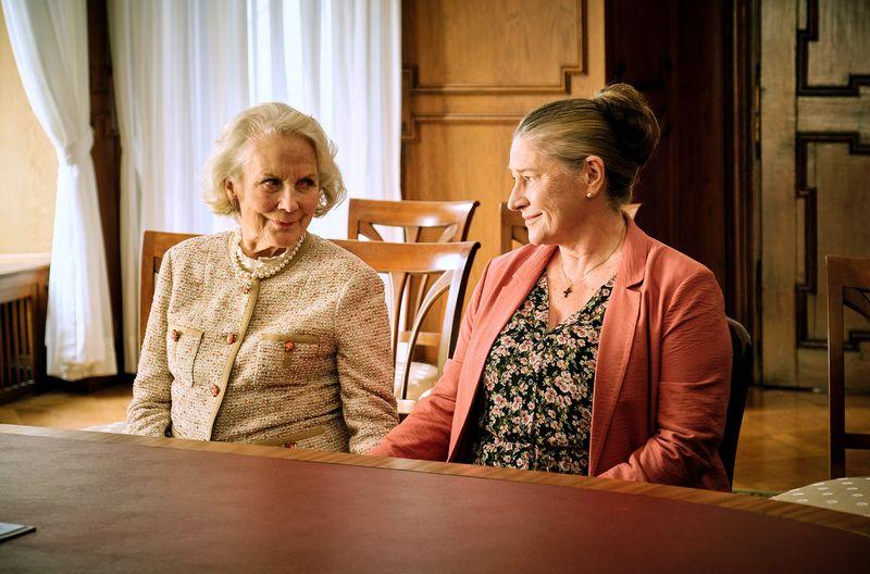 Elisabeth Klingler (Anne-Marie Fliegel, links) und Elena Zelenko (Wieslawa Wesolowska) haben geheiratet. Die Familien-Patriarchin vermacht ihr Anwesen - ein Schock für deren Nachkommen - der Haushälterin und Gesellschafterin.