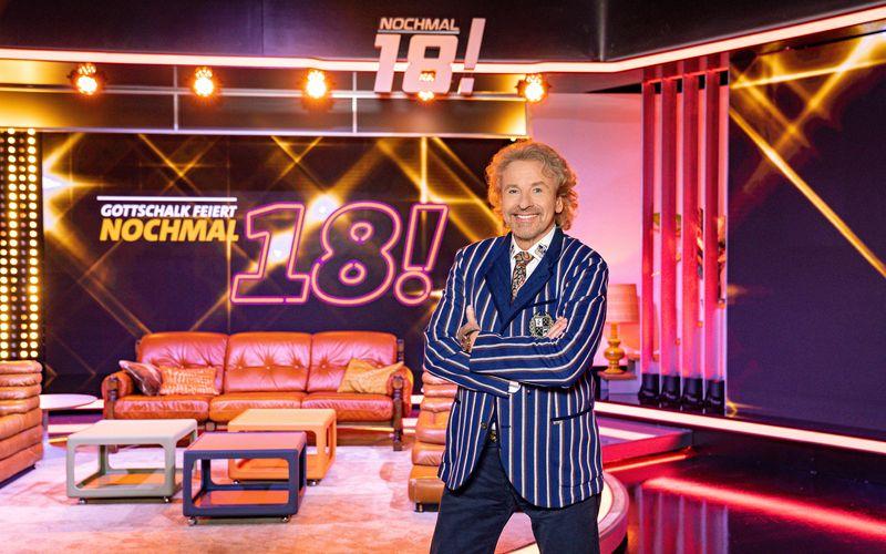 """In der SWR-Show """"Gottschalk feiert: Nochmal 18! Der große Promi-Geburtstag"""" blickt Moderator Thomas Gottschalk zusammen mit Prominenten auf ihren 18. Geburtstag zurück. Von den 70-ern bis zu den Nuller-Jahren soll jedes Jahrzehnt dabei sein."""