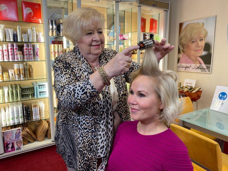 """Margot Schmitt ist gelernte Friseurin. 1990 entwickelte sie die """"Traumrolle"""", mit denen man sich die Haare zu Hause so schön selbst """"wellen"""" kann, wie es sonst nur der Friseur hinbekam. Anfangs wollte niemand das Produkt haben - bis Schmitt Shopping-Kanäle als Vertriebsmöglichkeit entdeckte."""