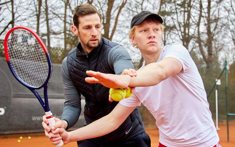 Seit einigen Monaten bereitet sich Bruno Alexander (rechts) nun schon auf seine Rolle als Boris Becker vor - unter anderem mit Tennistrainer Christoph Radecke.