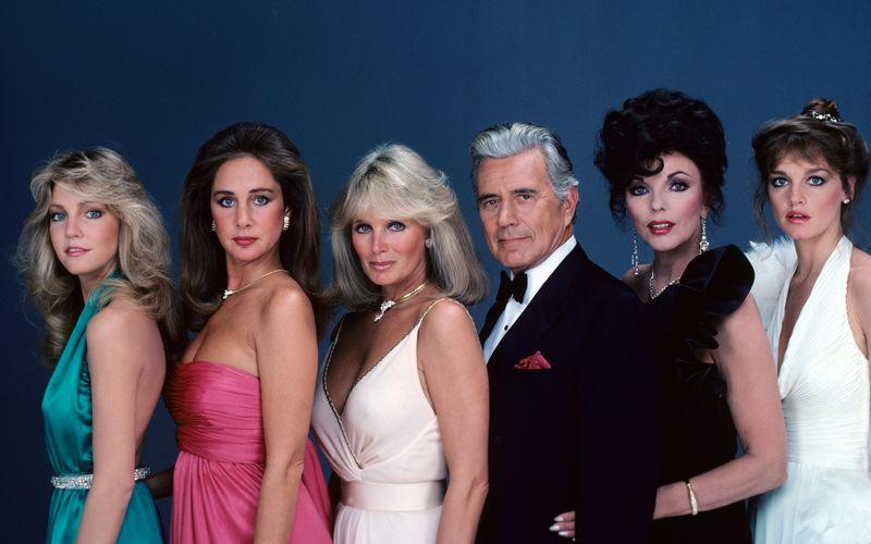 """Eine der absoluten Kultserien der 80er-Jahre: Nicht nur in den USA zählte """"Dynasty"""", das in Deutschland als """"Der Denver-Clan"""" ausgestrahlt wurde, zu den TV-Straßenfegern des Jahrzehnts. Die Darsteller, allen voran Joan Collins (zweite von rechts) als Biest Alexis, wurden zu Weltstars. Doch wie ging ihre Karriere weiter, nachdem die Serie 1989 abgesetzt wurde?"""