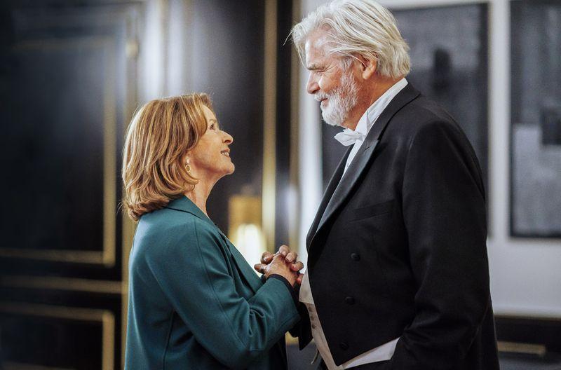 Alles auf Start: Charlotte Kler (Senta Berger) zieht mit ihrem Mann Walter (Peter Simonischek) nach München.