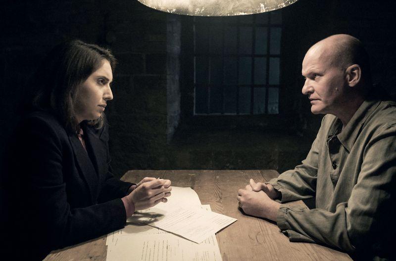 Die deutsche Verteidigerin Helga Kloninger (Stefanie Bruckner) mit dem Angeklagten Robert Wünsch (Lutz Magnus Schäfer), der zur Lagerleitung des Umerziehungslagers in Schirmeck gehörte, in einer Reenactment-Szene.