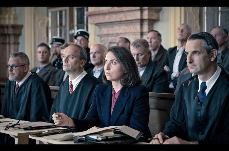 Die junge Anwältin Helga Kloninger (Stefanie Bruckner) bereitet sich auf ihr Debüt vor Gericht vor. Täglich bekommt sie neue Fälle zugeteilt, in denen sie Nazi-Verbrecher vertreten soll, da sonst niemand diese Arbeit übernehmen möchte.