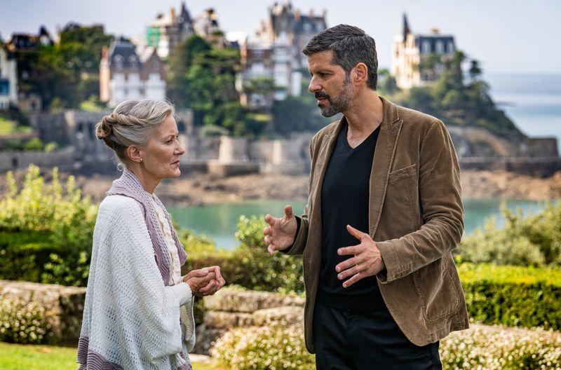 Um das Motiv für einen tödlichen Schwesternstreit herauszufinden, sucht Dupin das Gespräch mit der Haushälterin des Vaters, Francine (Hedi Kriegeskotte).