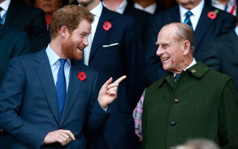 """In seinem bewegenden Statement beschreibt Prinz Harry (links) seinen Opa, den kürzlich verstorbenen Prinz Philip, unter anderem als """"Legende der Scherze""""."""