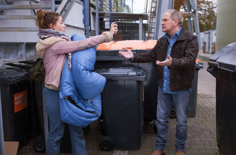 """""""Käpt'n"""" Werner (Uwe Ochsenknecht) will das Vertrauen der Streunerin Luna (Carolin Garnier) gewinnen, die hinter Mülltonnen schläft."""