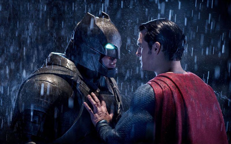 Ästhetisch wertvoll, aber in Sachen Motivation nicht immer nachvollziehbar: Batman (Ben Affleck, links) und Superman (Henry Cavill) duellieren sich aufs Schärfste.