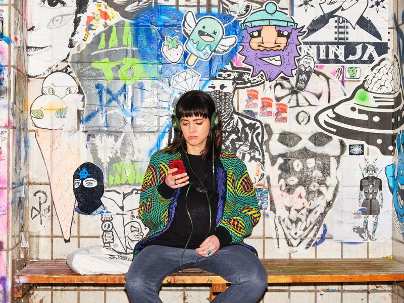 Die schwangere Lu (Alice Gruia) hadert mit ihrer Mutterrolle. Alice Garcia, die Regisseurin, spielt sie in der Webcom selbst.