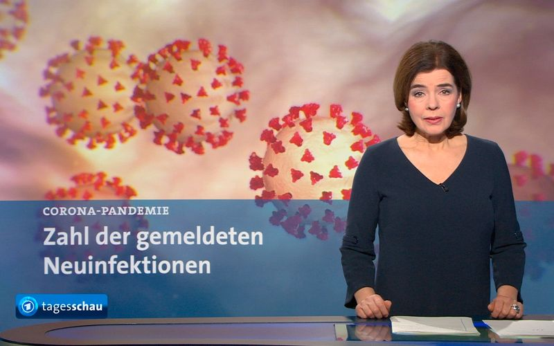"""In der """"Tagesschau"""" der ARD - hier berichtet Sprecherin Susanne Daubner - steht das Thema Corona täglich auf der Agenda, samt Inzidenz-Karten. Auf Social Media wurde der """"Tagesschau"""" nun vorgeworfen, diese zu verfälschen. Die Verantwortlichen weisen dies entschieden zurück."""
