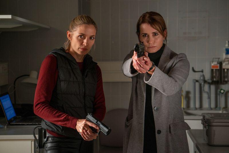 Pia (Annika Blendl, links) und Maike (Anja Kling) folgen einem Tatverdächtigen.