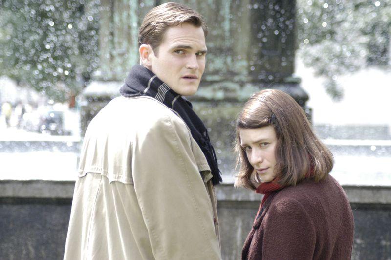 Noch sind die Münchner Studenten Sophie (Julia Jentsch) und Hans Scholl (Fabian Hinrichs) in Freiheit. Doch ihr sechstes Flugblatt wird ihnen zum Verhängnis. Man verhaftet sie im Lichthof der Münchner Universität.