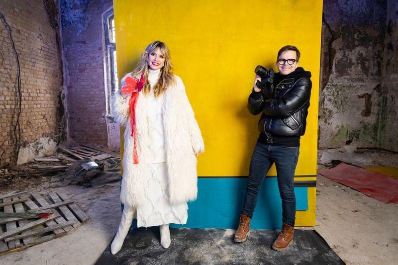 Willkommen im Horrorhaus! Heidi Klum und Modefotograf Kristian Schuller begrüßten die GNTM-Kandidatinnen in den Beelitz-Heilstätten.