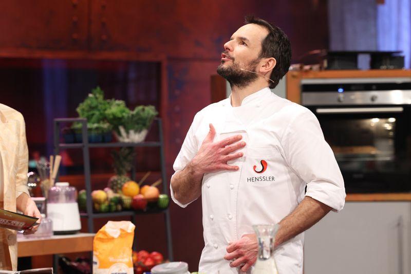 """Um einen Spruch nie verlegen: Steffen Henssler in seiner Kochshow """"Grill den Henssler"""". Der Sender VOX zeigt die aktuelle Staffel sonntags, 20.15 Uhr."""
