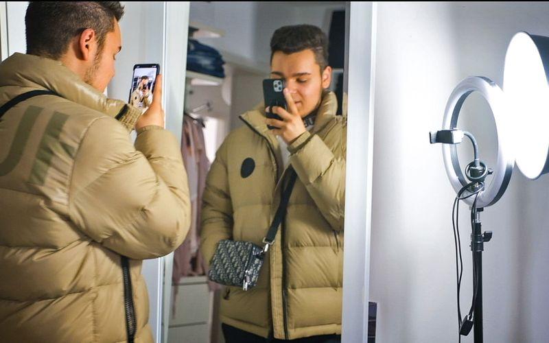 Enrico Elia steht noch am Anfang seiner Karriere. Sein Ziel: ein erfolgreicher Modeblogger zu werden.