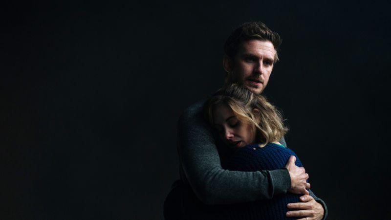 Charlie (Dan Stevens) muss seine Frau Michelle (Alison Brie) beruhigen.