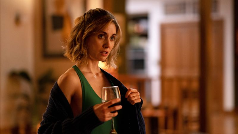 Michelle (Alison Brie) will feiern und wundert sich über die Zurückhaltung der anderen.