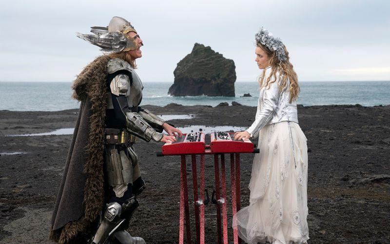 """In dem Netflix-Film """"Eurovision Song Contest: The Story of Fire Saga"""" präsentieren sich die Hauptfiguren Sigrit (Rachel McAdams) und Lars (Will Ferrell) immer wieder in ausgefallenen Kostümen vor isländischer Kulisse."""