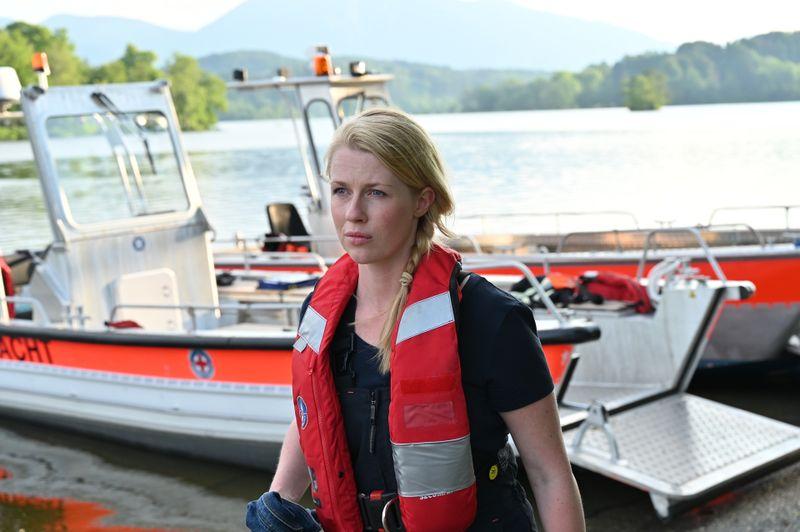 Marie Reiter (Christine Eixenberger) in Diensten der Wasserwacht: Nach gelungener Rettungsaktion beobachtet sie den Vater mit seinen gerade geretteten Kindern.